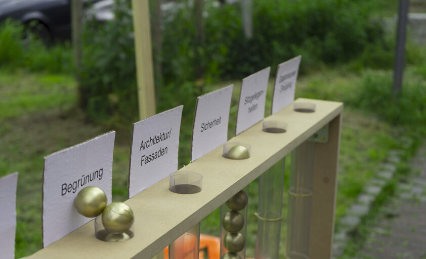 "What makes a premium path so special? This question was explored during the intervention at Hans-Stercken-Platz. ""Greening"" was the front-runner among pedestrians. Around 80 ""votes"" in the form of golden balls were cast. Number 2 with 64 balls was ""car-f"